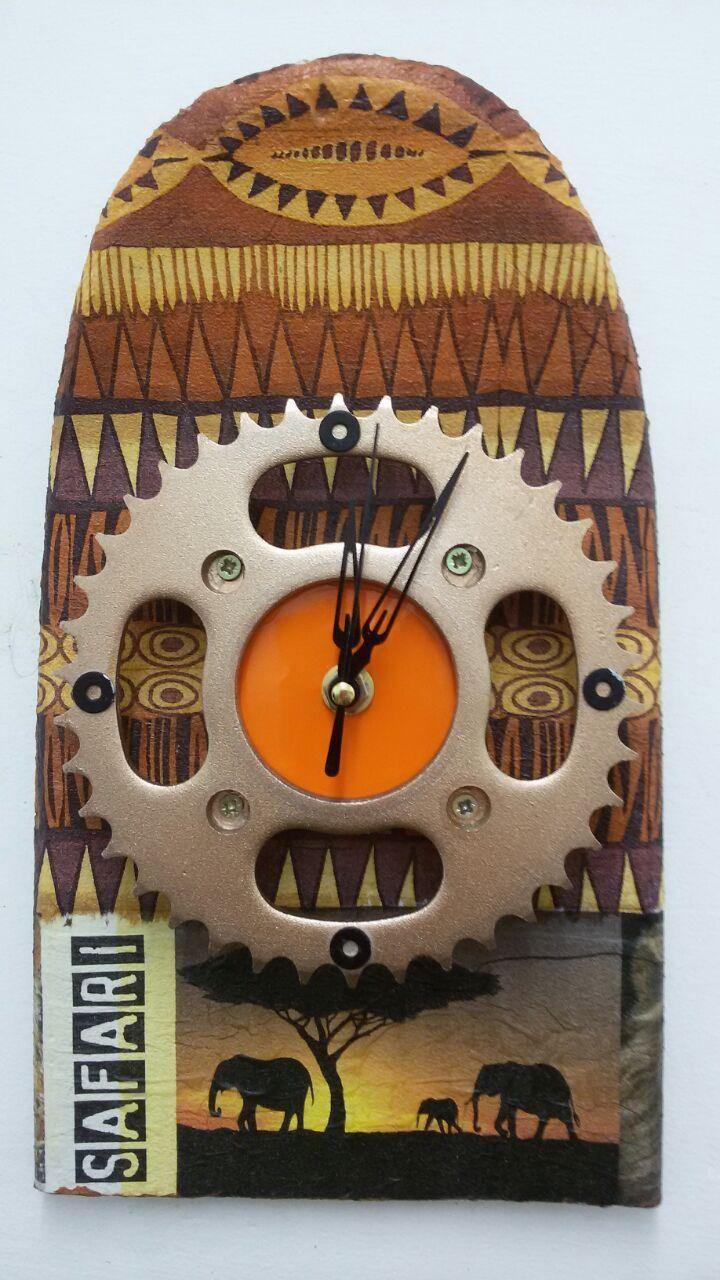 Reloj artesanal realizado con materiales reciclados.  La base es una parte de una tabla de skate. El cuerpo del reloj es un plato de moto.