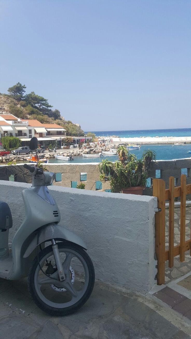 Ada, deniz, motor, balkon, bahçe, nereye baksam mavi ve yeşil tonları