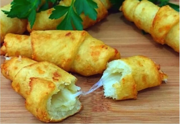 Tento recept je príkladom toho, že na prípravu skvelých jedál vám stačí aj obyčajné suroviny. Ak máte radi klasickú domácu kuchyňu, dnešný recept je pre vás ako stvorený.Famózne spojenie mäkkého a jemne chrumkavého zemiakového cesta so syrom zaručene bude lahodiť vašim chuťovým bunkám a vaša rodina sa bude olizovať. Čo budeme potrebovať: 200 g zemiakov 100 g hladkej múky (podľa