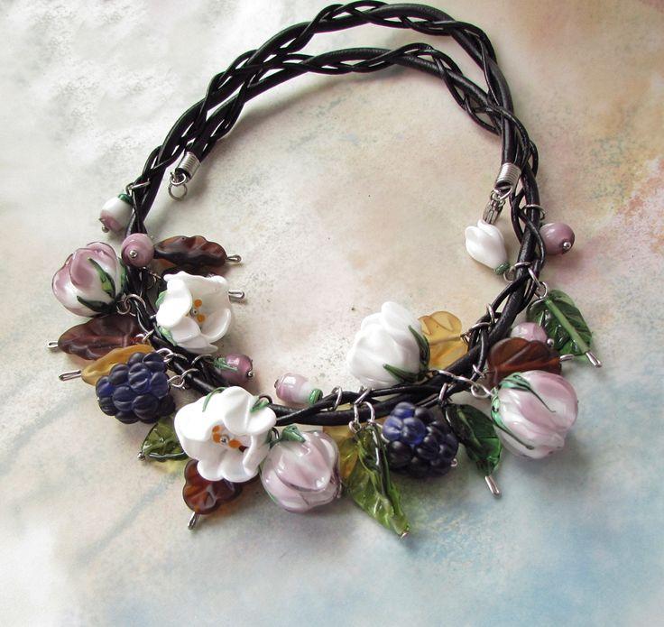 """""""Listo.pad"""" náhrdelník, vinuté sklo@choc, kůže  Náhrdelník vznikl pod rukama Jitky Baďurové, stvořený ze skleněných, ručně vyrobených květů a lístků. Každý přívěšek je originál, jedinečný stejně jako žena, která se pro něho rozhodne Délka 50cm Vinuté perly, kůže přírodní a umělá a chirurgická ocel. Autorský šperk, tento je první, originál."""