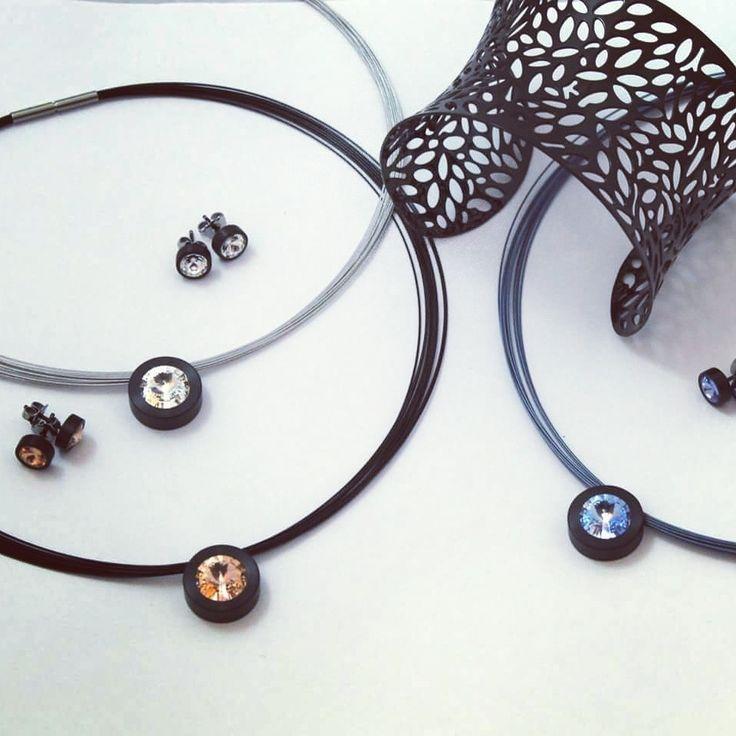 Pendientes y colgantes de acero negro con cristal de swarovski.