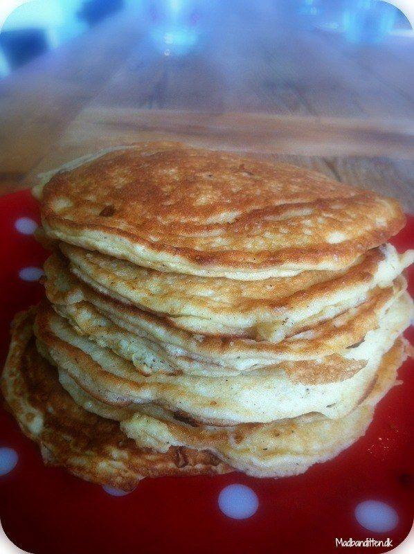 7 små amerikanske pandekager: 2 æg 2 æggehvider ca. 100 g hytteost ½ tsk bagepulver ½ tsk vaniljepulver ½ tsk kardemomme 2 spsk kokosfibre 1 nip salt Kokosolie eller smør til stegning