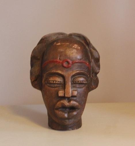 Sfeervol, mooi vormgegeven Zulu(?)-hoofd. Nog geen 25 cm hoog. In goede vintage staat, paar kleine plekjes op het voorhoofd. Prachtig ter decoratie in de vensterbank, op de kast etc. Prijs: 40 euro.