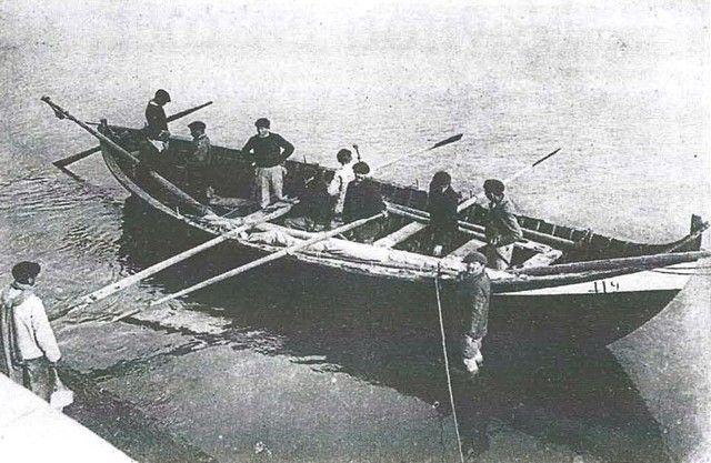 Une magnifique pinasse de mer de Cap-Breton se prépare à appareiller pour la pêche aux filets de fond. Remarquez l'aviron de gouverne latéral capelé sur un tolet sur babord arrière