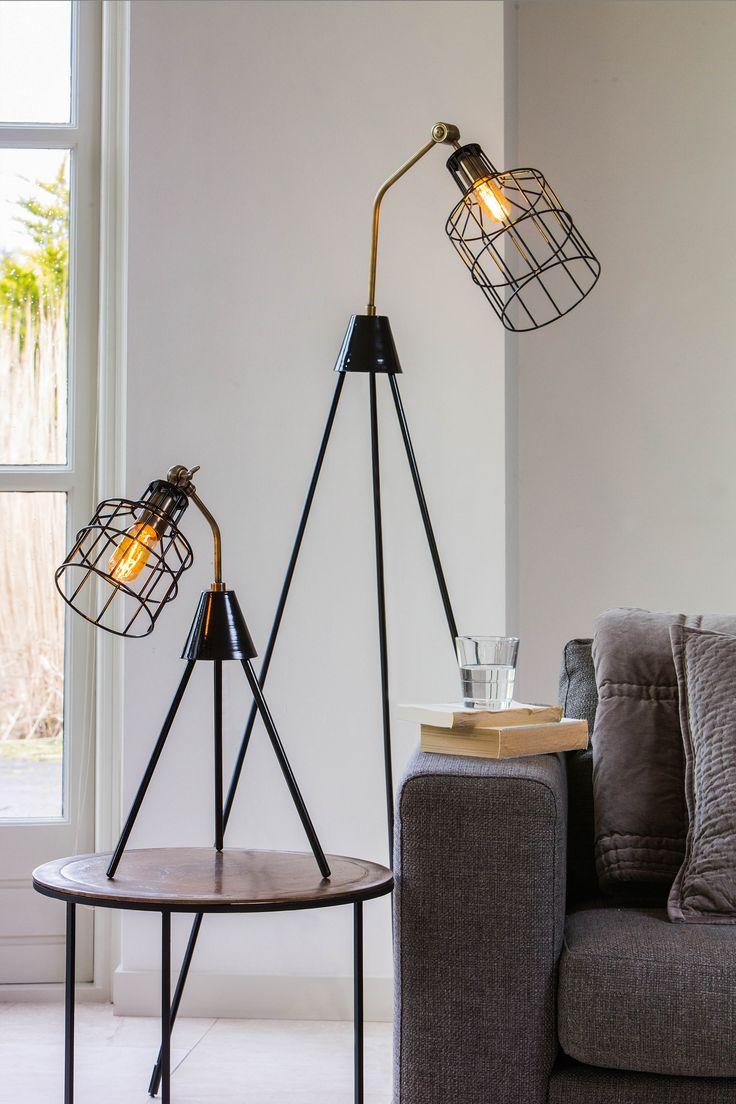 Tafellamp Marais & vloerlamp Rabansi zijn zusjes. Leuk om samen te combineren! De lampen zijn gemaakt van metaal en hebben een mooie bronzen afwerking met een stoere zwarte draadkap. De lampen zijn afkomstig van het merk Light & Living.