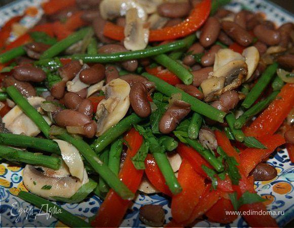 Теплый салат из фасоли со сладким перцем и грибами. Ингредиенты: фасоль красная, перец сладкий красный, шампиньоны