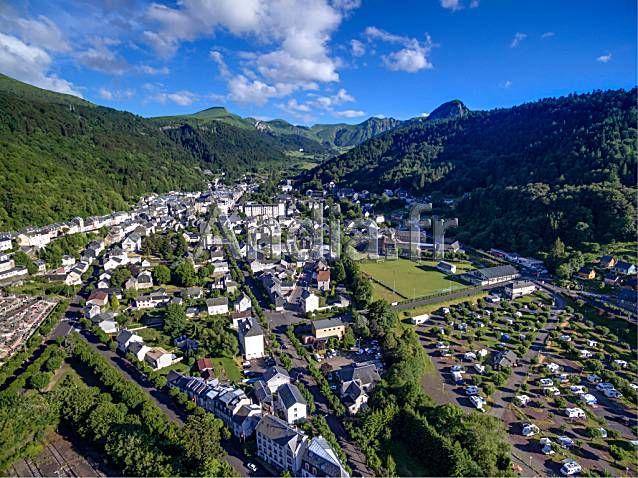 Vue aérienne de la station de Mont-Dore (63) dans le massif de Sancy, massif Central © Godard / Andia.fr