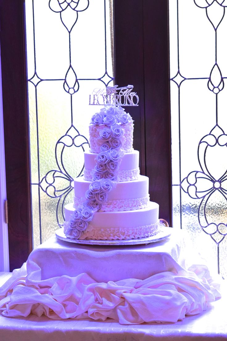 cake designs are personal add your own personal touch jericho terrace 39 s wedding cakes. Black Bedroom Furniture Sets. Home Design Ideas