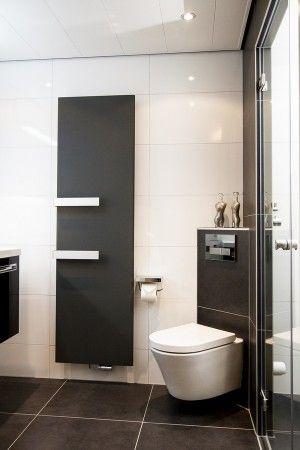 (De Eerste Kamer) Het toilet is schuin in de hoek geplaatst en dat levert verrassend veel ruimte op.