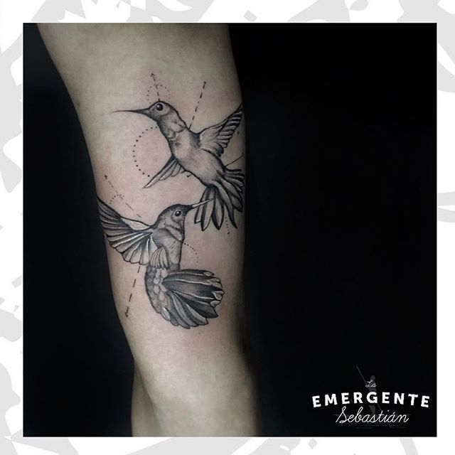 Un increíble tatuaje realizado por @malorymorenoart parte de nuestra familia de la emergente. Feliz tarde para todos marineros #lanuevaemergente #laemergentecol #hummimgbirdtattoo #blackwork #tatuadora #tatuajesbogota #tatuajescolombia
