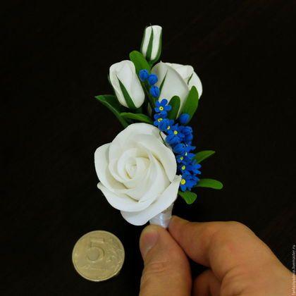 Купить или заказать Бутоньерка с белыми розами и незабудками в интернет-магазине на Ярмарке Мастеров. Бутоньерка для жениха или свидетеля с белыми розами и синими незабудками. Все элементы цветов вылеплены вручную из японской самоотвердевающей полимерной глины CLAYCRAFT BY DECO. На заказ возможно изготовление бутоньерки в любой цветовой гамме с Вашими любимыми цветами.