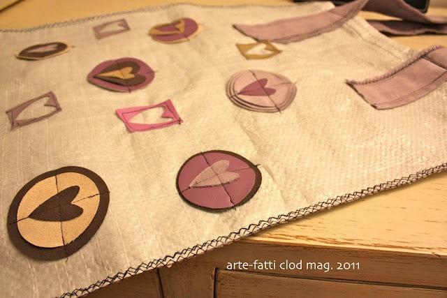 Particolare decorazione borsa con sacchi mangime