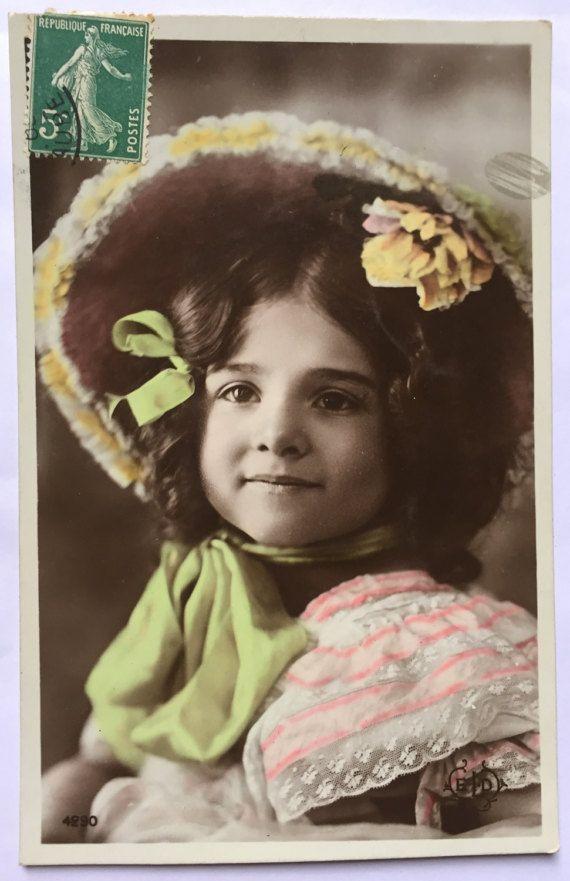 Victoriaanse mode stijl * kleine meisjes met hoeden * muts met groene boog en florale motorkap * van 1900 antieke ansichtkaarten uit Frankrijk set van 2 kaarten