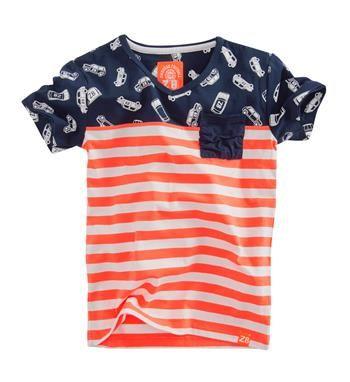 Z8 t-shirt met twee verschillende all over prints en een borstzakje. Model Damian. Het shirt is deels rood gestreept, deels navy met een all over autootjes print - Rood dessin - NummerZestien.eu