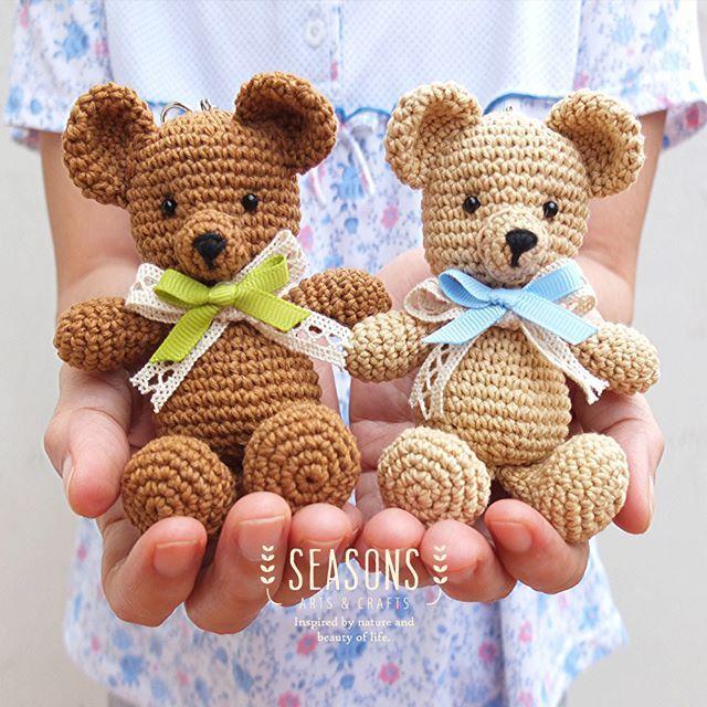 Twinnies #bearamigurumi, make these bears a wonderful gift for your friends. Customize your own bear!  #amigurumi #crochetbear #cuteplush #handmadebear #handmadeamigurumi # amigurumibagcharm #beardoll #jualbagcharm #custombagcharm
