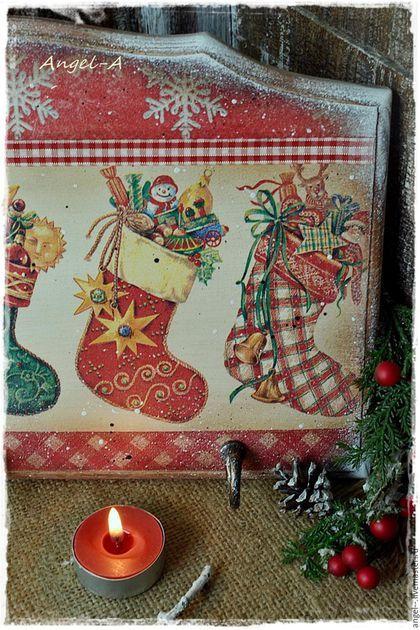 Купить или заказать Новогодняя вешалка-панно 'Сапожки' в интернет-магазине на Ярмарке Мастеров. Вешалка-панно 'Сапожки' для украшения интерьера вашего дома в новогодние праздники. Отличная идея - повесить сапожки с подарками для ребенка !!! Можно использовать как ключницу. Массив сосны,размер 34 х 20 см,три метал.крючка. На обратной стороне подвесы.