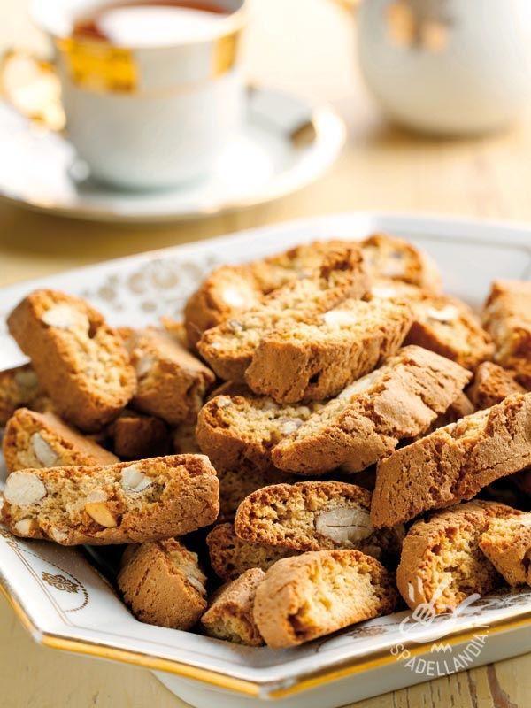 Biscuits with almonds - I Cantuccini di Prato sono biscotti secchi a base di mandorle, belli croccanti, ideali da inzuppare in un buon vino da dessert come il Vinsanto.