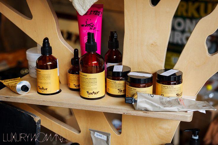 """Od jídla jsem se přesunula k """"dřevěnému stromu"""" ROLLAND, kde jsem si kompletně """"osahala a očichala"""" sympatické produkty italské kosmetiky, která vás může oslovit svými inovativními produkty nejen v péči o vlasy."""