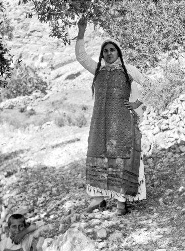 Γυναίκα με παραδοσιακή ενδυμασία. Ελάτα Χίου, 1912-1928 Περικλής Παπαχατζιδάκης - Μουσείο Μπενάκη