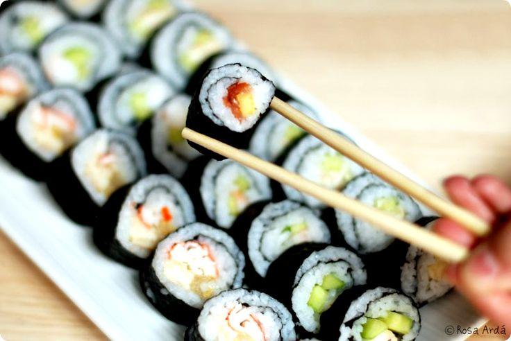 Creo que hay un antes y un después desde que asistí al taller de Sushi de GASTROMANIAC. Ahora cuando venga alguien a casa ya le puedo sorprender con esta receta japonesa que es una delicatessen y además no es complicada de hacer. El Sushi tal y como lo preparamos hoy en día se cocina así …