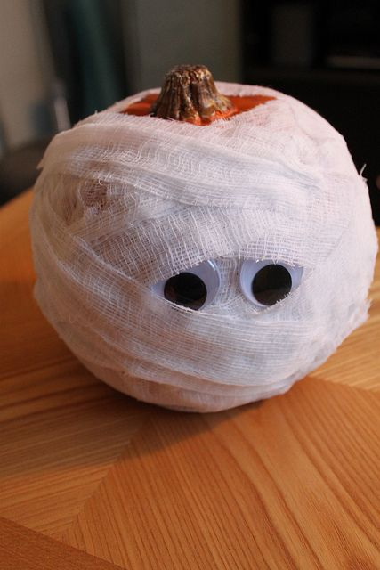 Easy DIY Pumpkin Decorating Ideas- http://www.shelterness.com/pictures/diy-mummy-pumpkins-for-halloween-decor-3.jpg: