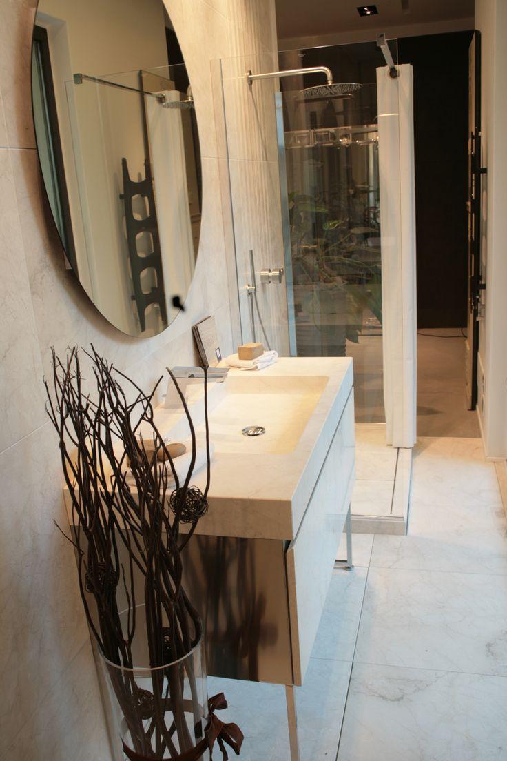 Mobili da bagno con cassettone in marmo, lavabo scavato in marmo, rivestimento in marmo, specchio da bagno, piatto doccia in marmo.