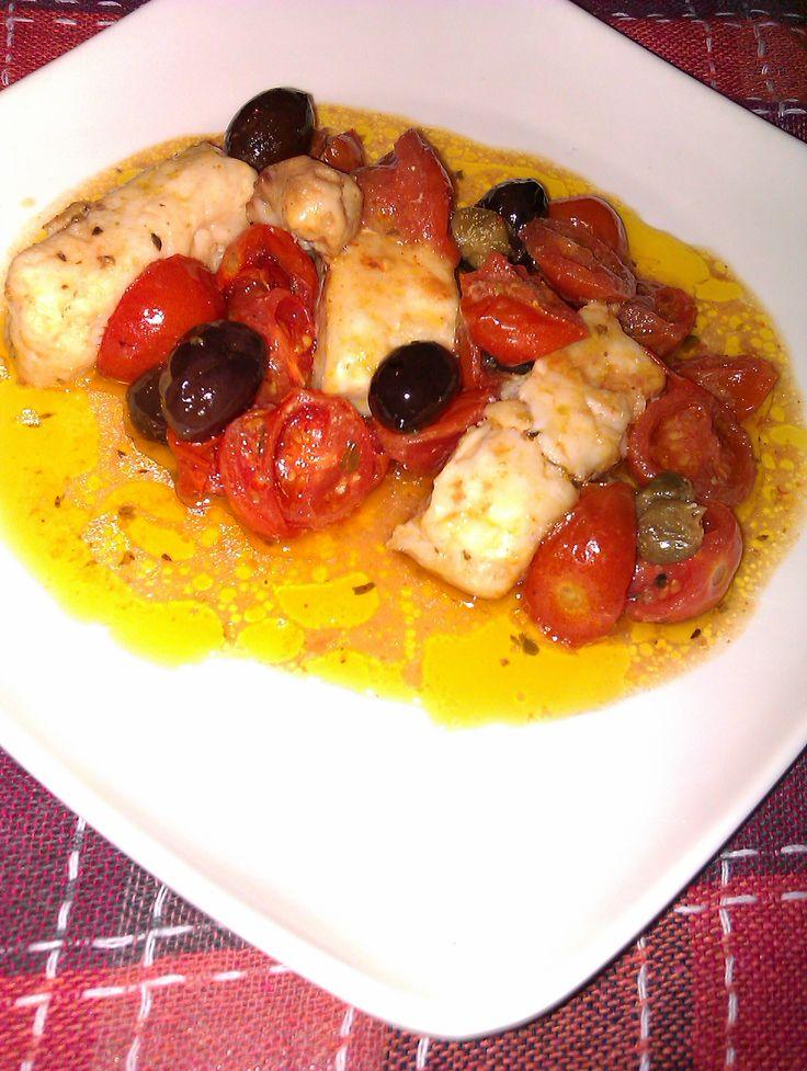 Leggero e molto saporito questo piatto che miscela sapientemente il sapore del mare al gusto campagnolo e dolciastro del pomodorino ciliegino, dei capperi