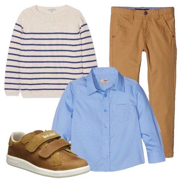 I pantaloni taglio jeans color nocciola in cotone sono abbinati alla camicia azzurra taglio classico. Aggiungiamo un maglione in cotone beige chiaro a righe sottili blu. Per finire scarpe sneakers in pelle marrone con chiusura a strappi.