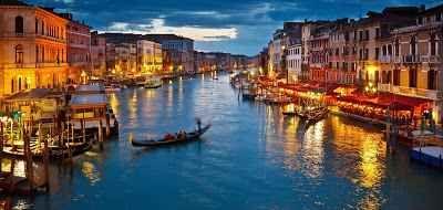 Venezia: un viaggio da esplorare fino in fondo Incredibili opere architettoniche costellano Venezia, è il rifugio perfetto per gli innamorati. Percorrete uno dei suoi tanti canali in gondola, cenate a lume di candela gustando piatti della cucina  #valigia #vacanze #estate #mare