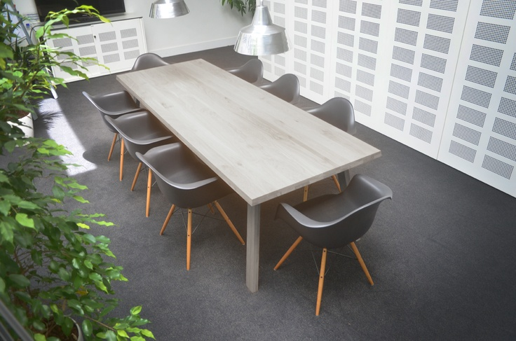 Dynamic and classic Catwalker table in office