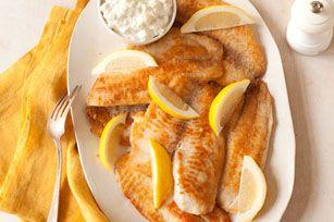 Poisson croustillant avec notre sauce préférée - Délicieusement facile de mettre davantage de poisson au menu avec cette recette, qui convient également très bien aux filets de flétan.