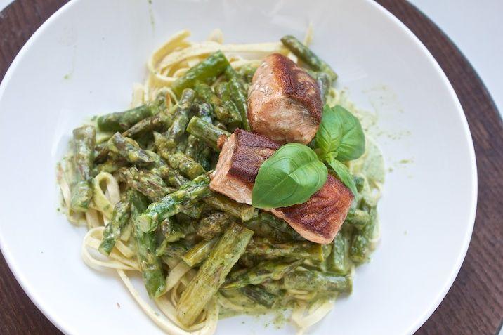 Pesto flødesovs med grønne asparges, LCHF pasta og laks