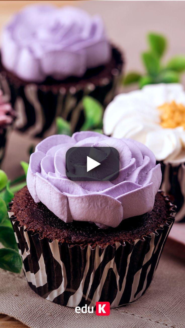 Sabe fazer cupcakes? Clique na imagem e veja a receita. Além disso, aprenda a decorá-los com bicos de confeitas ;)