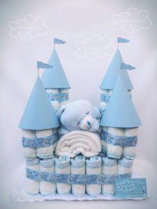 Torta di pannolini a forma di castello per un bimbo