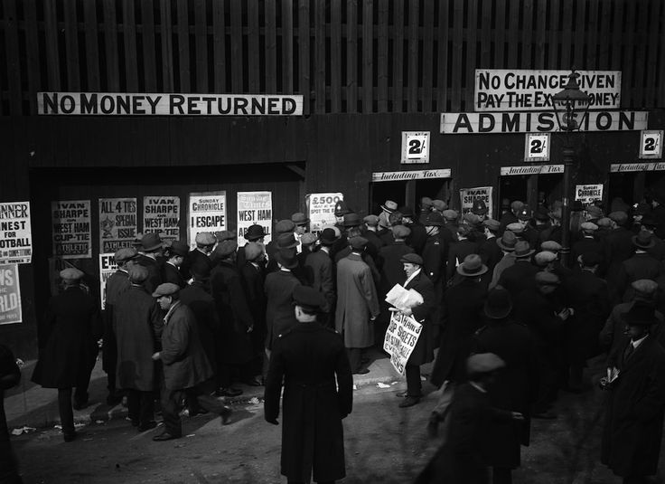 27th February 1930:  Football fans queuing to get into a West Ham versus Arsenal Cup Tie match.  (Photo by Fox Photos/Getty Images)