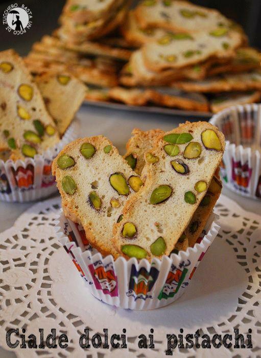 Cialde dolci ai pistacchi, biscottini croccanti e leggeri preparati con solo albumi, farina e zucchero.