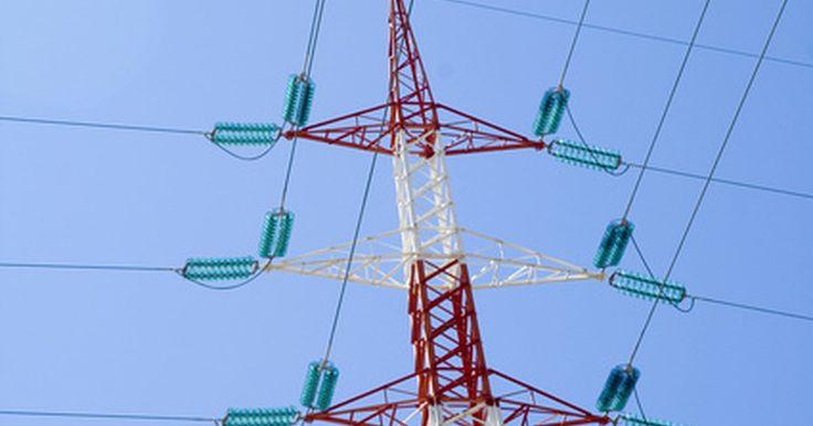 Aparatos eléctricos que usan electroimanes. Los electroimanes utilizan el flujo de corriente eléctrica en un cable para crear un campo magnético. Ese campo magnético a su vez puede ser utilizado para inducir una corriente en otro cable o al movimiento de alimentación, como en el caso de un motor eléctrico. En su forma más simple, un electroimán consta de una bobina de conducción de ...