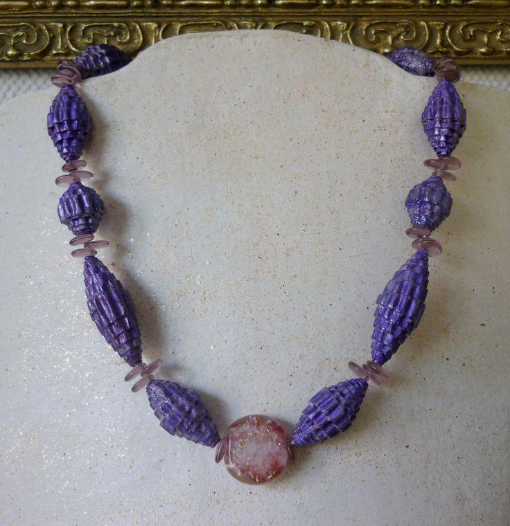 PapierenSier. Halsketting van handgemaakte paarse kralen van ribbelkarton, spacers van glas en een prachtige oude kraal van venetiaans glas.  www.juwelenboom.com