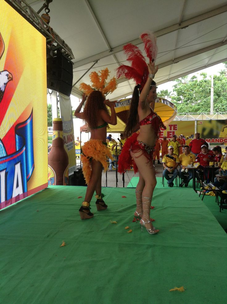 Garotas festejando los triunfos de COLOMBIA  a ritmo de SAMBA !!! ALAMEDAS CENTRO COMERCIAL.