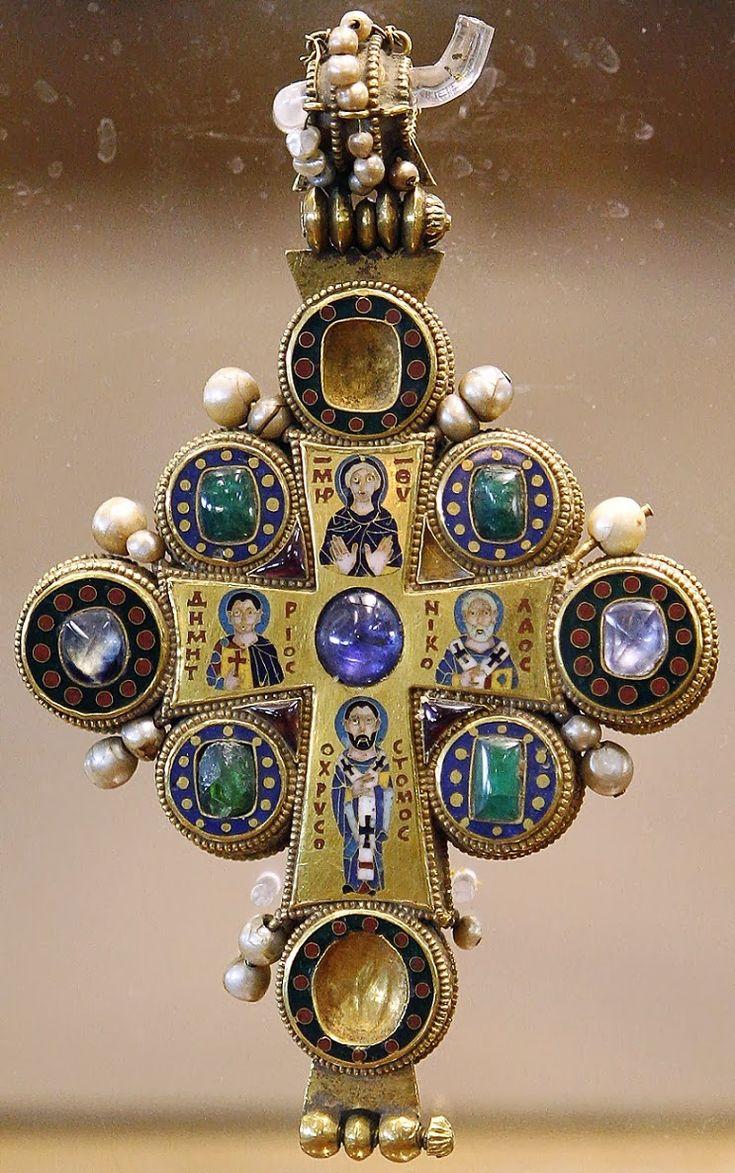 Άλλος βυζαντινός εγκόλπιος σταυρός με Τίμιο Ξύλο (περίπου του 10ου αιώνα). Μουσείο Καλών Τεχνών στην Τιφλίδα (Γεωργία). Μέρος κάποτε του θησαυρού του Καθολικού Ναού της Μονής Martvili. http://leipsanothiki.blogspot.be/