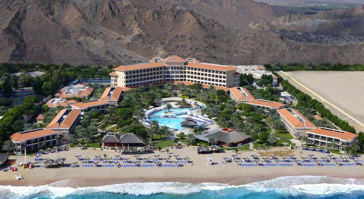 Курортный отель Fujairah Rotana находится между горами Хаджар и Индийским океаном. К услугам гостей отеля Fujairah Rotana  роскошные спа-процедуры и спортивные площадки с подсветкой. Номера для некурящих располагают балконом с панорамным видом.  Номера курортного отеля оформлены в колониальном стиле. В номерах установлены роскошные кровати. К вашим услугам хорошо укомплектованный мини-бар, а также бесплатные принадлежности для чая/кофе.