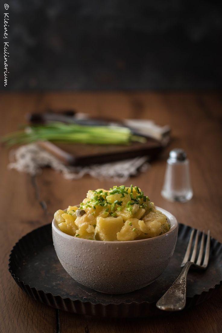 Klassischer Kartoffelsalat aus Süddeutschland. Ohne Mayonnaise aber dafür mit einem leckeren Dressing aus Öl und Essig und leckeren Gurken