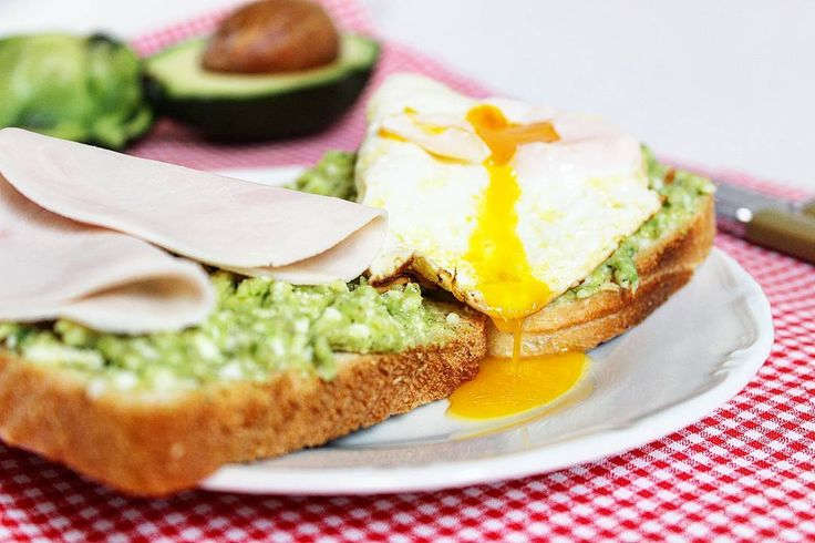Günaydın Avokado sevenlere kahvaltı için lezzetli bi tavsiyem var Yarım avokado ve 2-3 dilim ezine peynirini çatalla ezin. İçine biraz tuz biraz da biber ekleyin sonra da ekmeğinize sürün.(2 dilim ekmek için) Tadı nefis Yanına da tabiki en çok yakışan kızarmış yumurta • • • #avokado #bimutfak #bi_mutfak #recipe #food #foodpics #foodphotography #foodlove