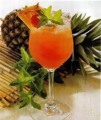 Uma combinação de rum claro, rum escuro, triple sec, orgeat e suco de abacaxi que faz jus ao nome desta bebida!
