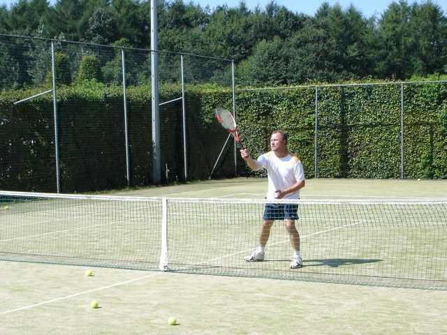 Recreatiepark Het Winkel beschikt over 2 tennisbanen, een volleybalveld, een basketbalveld, een voetbalveld en een tafeltennistafel.