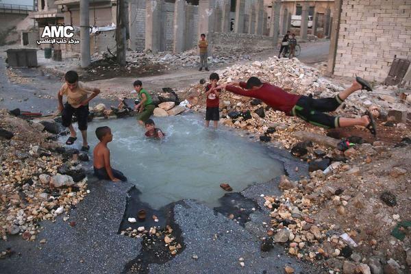 Kind Aleppo zwemt in bomkrater|Buitenland| Telegraaf.nl