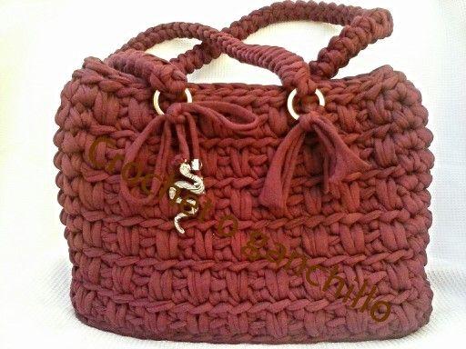 bolso con asas de trapillo hecho por crochet o ganchillo