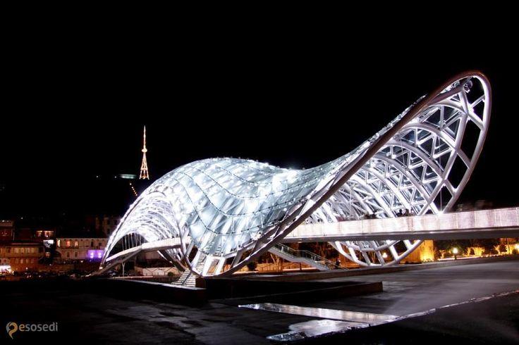 Мост Мира – #Грузия #Тбилиси (#GE_TB) В Тбилиси рядом с памятниками древней архитектуры появился современный пешеходный мост, выполненный из стекла и металла.  #достопримечательности #путешествия #туризм http://ru.esosedi.org/GE/TB/1000055637/most_mira/