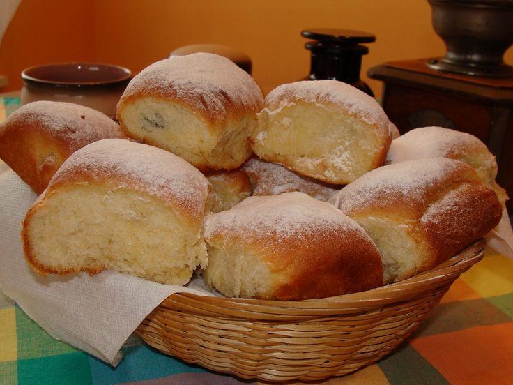 Všechny suroviny dáme do pekárny v pořadí, jak jsou napsané, a zapneme program Těsto. Po vykynutí děláme buď buchty, menší koláčky nebo šátečky -...