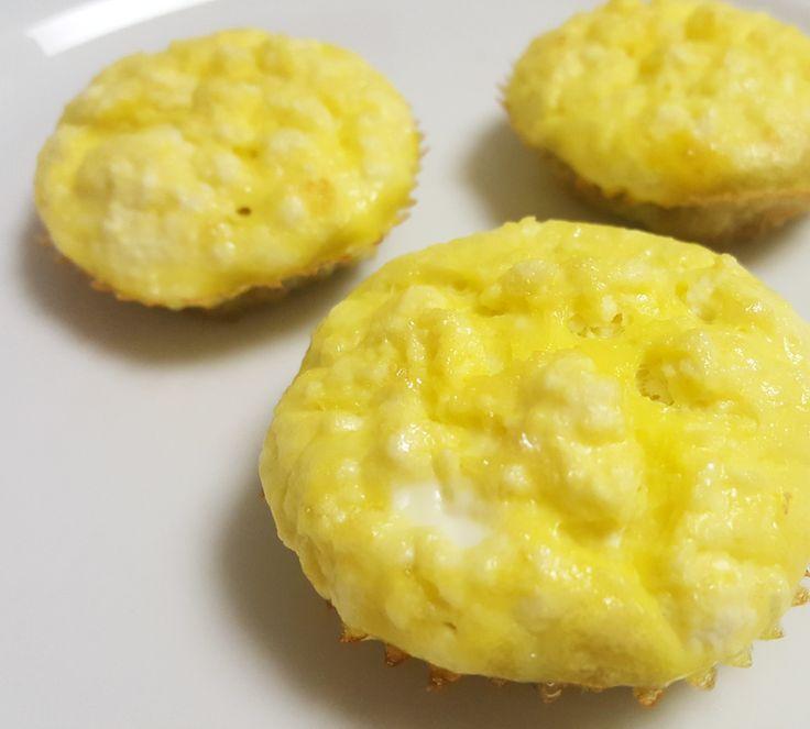 MUFFIN DE RICOTA  Ingredientes: 4 claras 1 ovo inteiro Sal a gosto {não uso} 3 fatias de ricota cortadas em cubinhos 1 colher de sopa de fermento